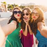 Makijaż do selfie – jak dobrze wyglądać w obiektywie?