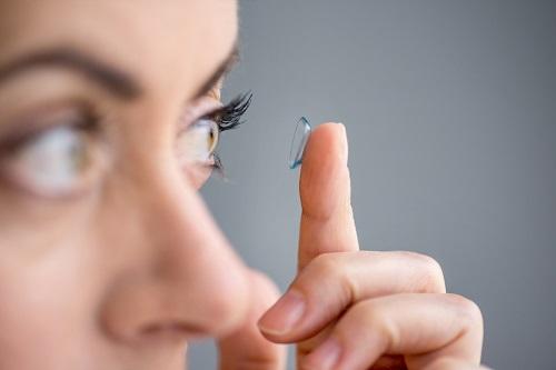 twarde soczewki kontaktowe dedykowane są zwłaszcza sportowcom, którzy cenią sobie komfort noszenia szkieł kontaktowych